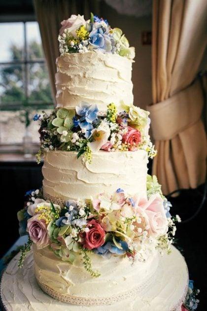 Bánh cưới đẹp kết hoa tươi rực rỡ giữa các tầng bánh